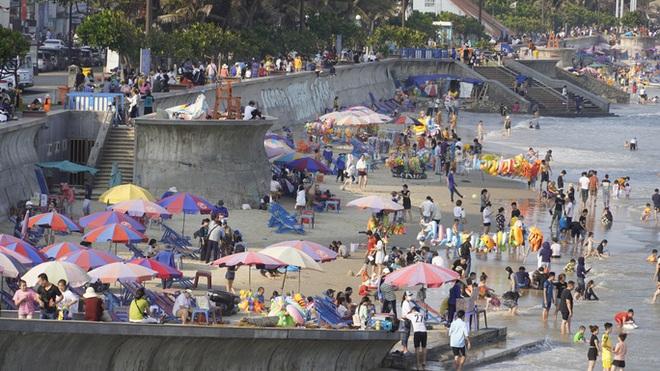 Lượng khách giảm 80%, biển Vũng Tàu vẫn đông người tắm - Ảnh 4.
