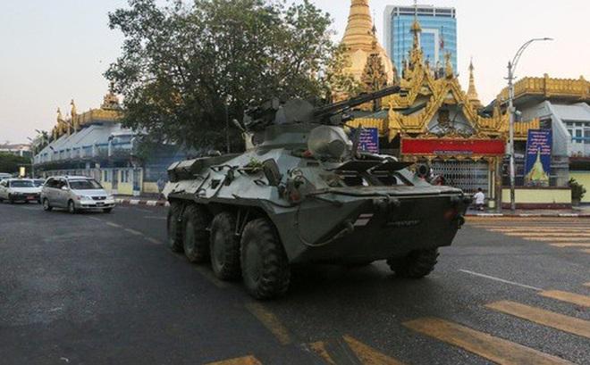 Myanmar triển khai xe tăng, nổ súng giải tán người biểu tình