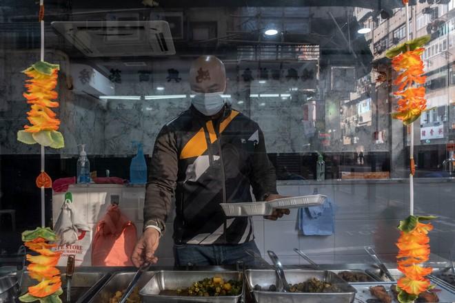 Nhà quan tài bộc lộ bất ổn ở Hồng Kông giữa dịch Covid-19: Chúng tôi sai vì chúng tôi nghèo! - Ảnh 3.