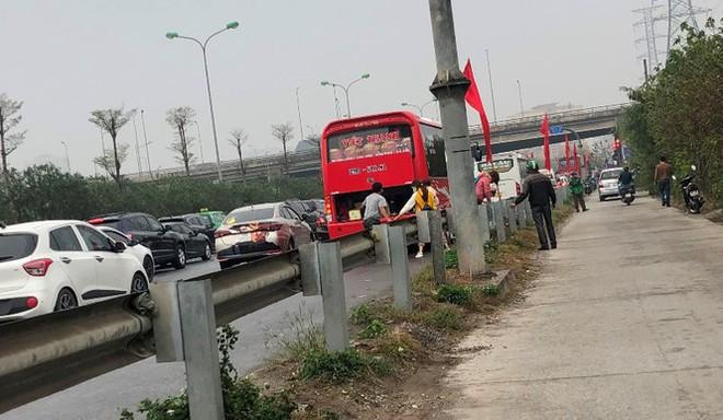 Ùn tắc các tuyến đường hướng về trung tâm Hà Nội - Ảnh 9.