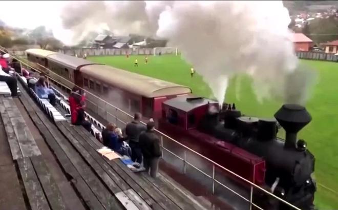 SVĐ hiếm có khó tìm trên thế giới, đang đá thì tàu hỏa... chạy dọc biên