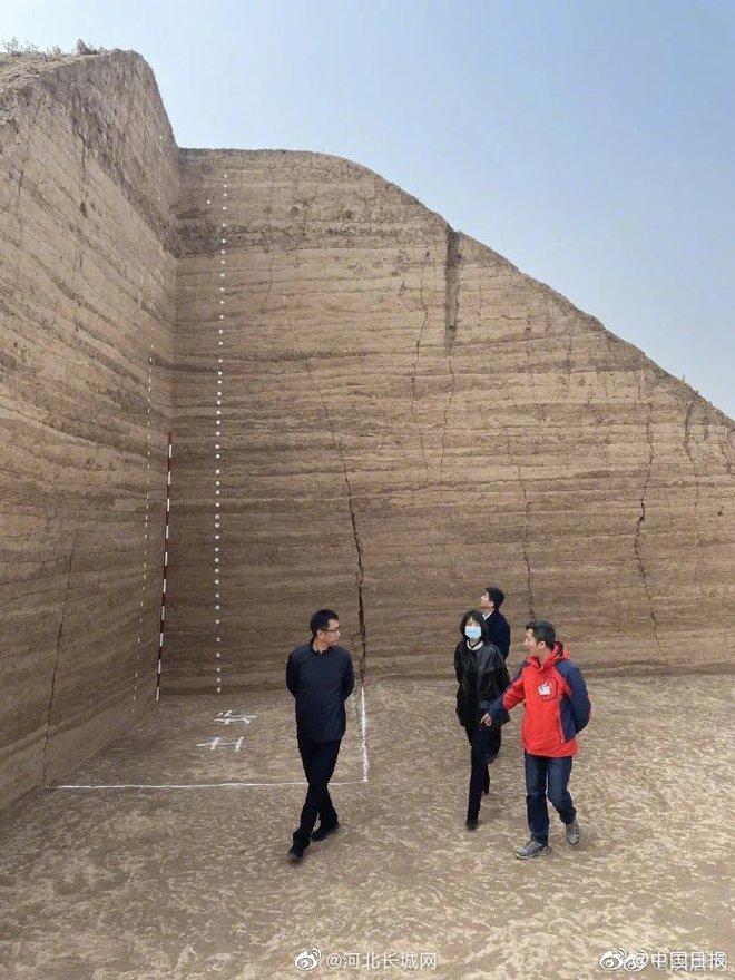 Hơn 3.500 ngôi mộ cổ được phát hiện khi mở rộng sân bay, Trung Quốc huy động 900 công nhân khai quật xuyên Tết - Ảnh 2.