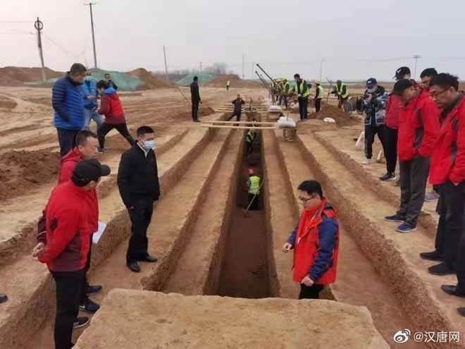 Hơn 3.500 ngôi mộ cổ được phát hiện khi mở rộng sân bay, Trung Quốc huy động 900 công nhân khai quật xuyên Tết - Ảnh 1.