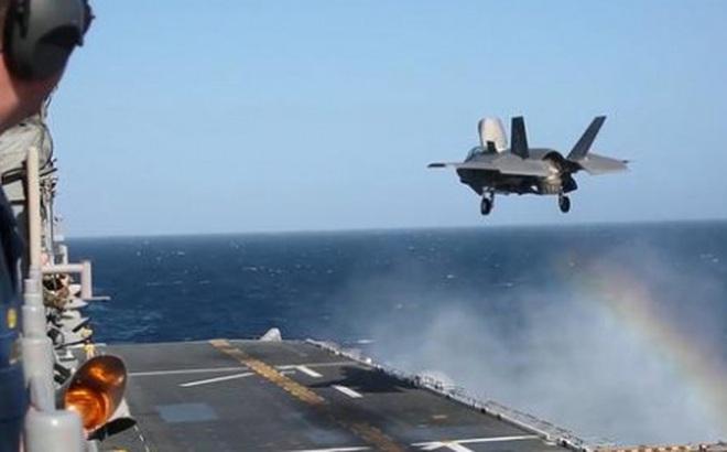 Tiêm kích F-35B phô diễn khả năng hạ cánh trên tàu tấn công đổ bộ