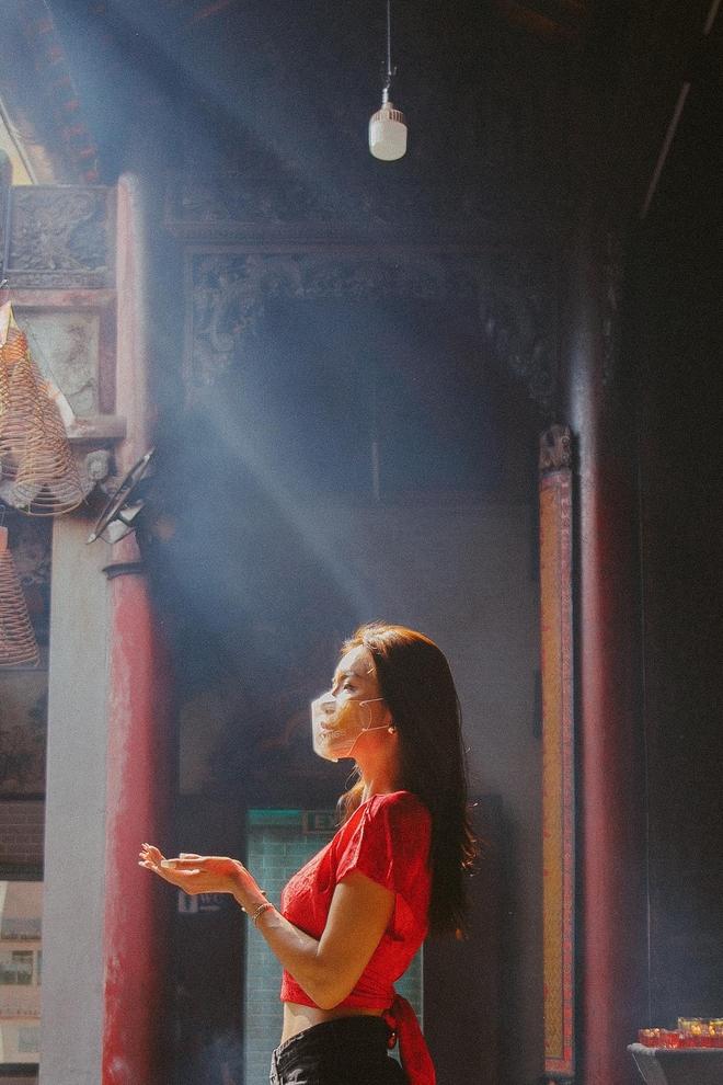 Minh Tú bị chỉ trích vì mặc hở hang đi lễ chùa dịp đầu năm - Ảnh 7.