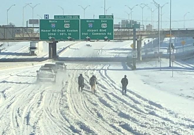 Loạt ảnh siêu thực về giá rét tại Texas: Bể cá hóa đá, tuyết rơi dày làm sập trần nhà - Ảnh 1.