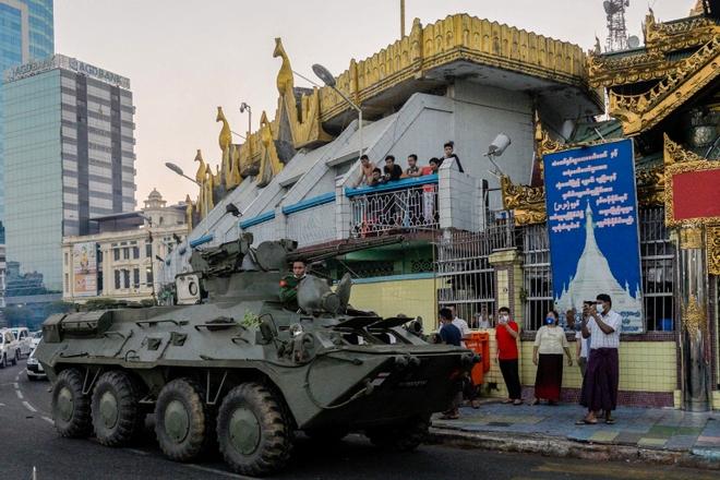 """""""Đục nước béo cò"""": Bắc Kinh ngấm ngầm thu lợi nhiều nhất sau đảo chính quân sự ở Myanmar! - Ảnh 1."""