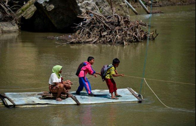 24h qua ảnh: Học sinh kéo dây vượt sông để tới trường - Ảnh 3.