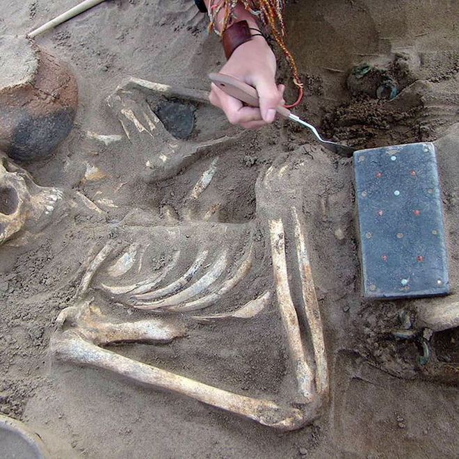 Sự thật về chiếc iPhone trong hầm mộ 2.100 năm tuổi - Ảnh 1.