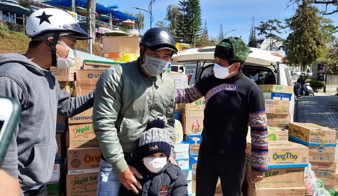 Người dân Đà Lạt ùn ùn ủng hộ sữa để ông Đoàn Ngọc Hải làm từ thiện - ảnh 2