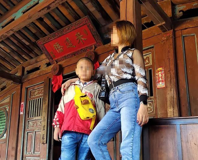 Cô gái mặc áo mỏng tang, thả rông vòng 1 chụp ảnh ở Chùa Cầu gây phẫn nộ - Ảnh 1.