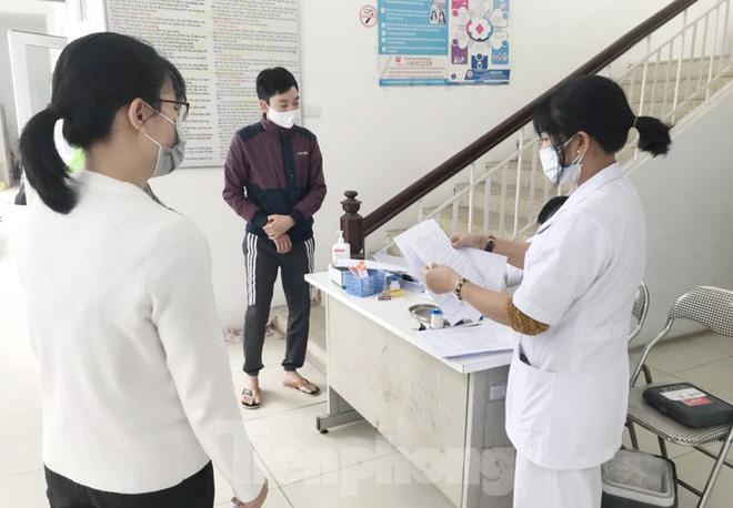 Hà Nội: Cận cảnh lấy mẫu xét nghiệm những người về từ tỉnh Hải Dương - Ảnh 1.