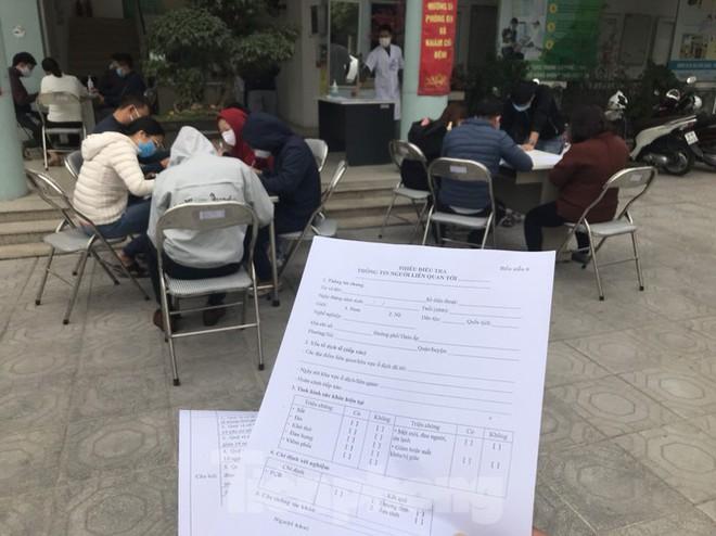 Hà Nội: Cận cảnh lấy mẫu xét nghiệm những người về từ tỉnh Hải Dương - Ảnh 2.