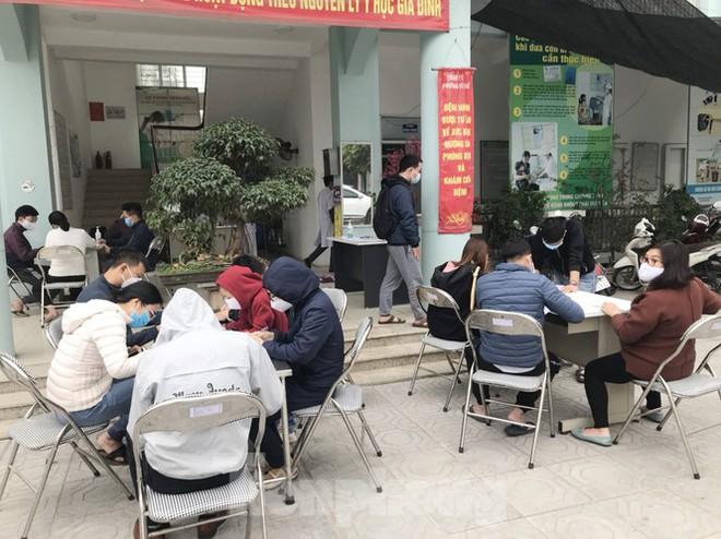 Hà Nội: Cận cảnh lấy mẫu xét nghiệm những người về từ tỉnh Hải Dương - Ảnh 3.