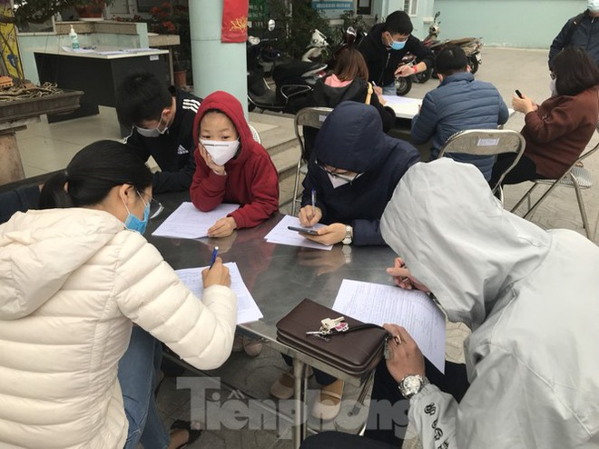 Hà Nội: Cận cảnh lấy mẫu xét nghiệm những người về từ tỉnh Hải Dương - Ảnh 4.