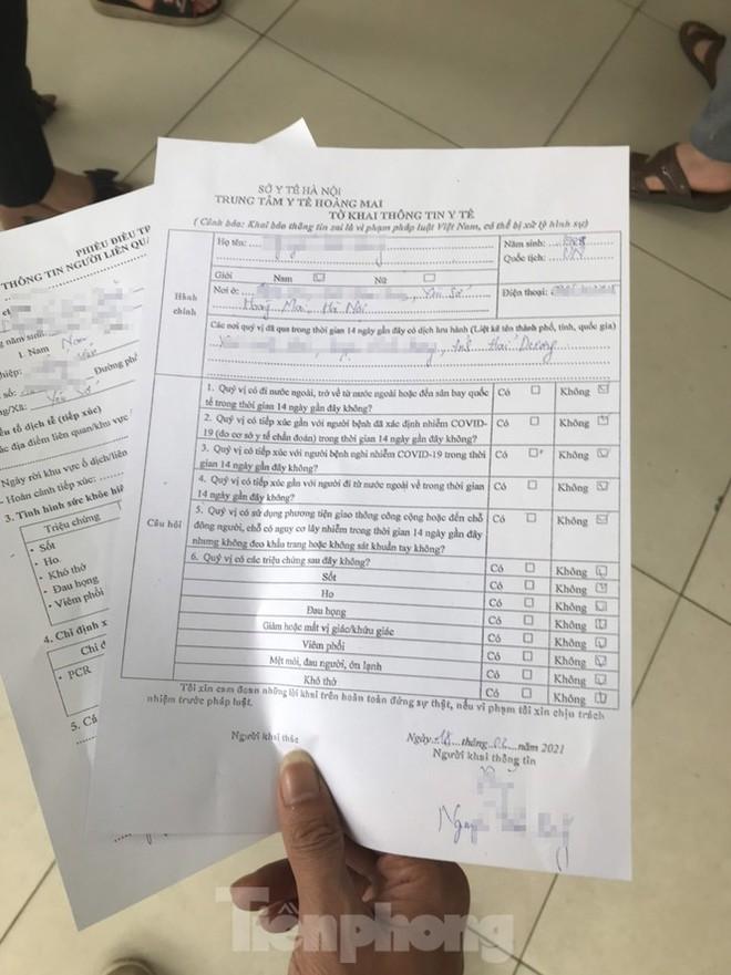 Hà Nội: Cận cảnh lấy mẫu xét nghiệm những người về từ tỉnh Hải Dương - Ảnh 5.