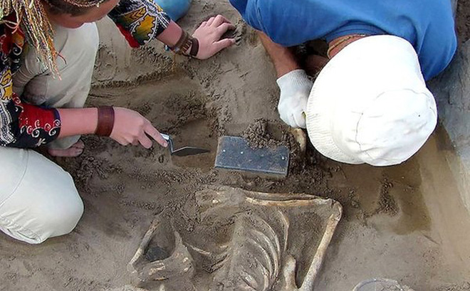 """Sự thật về chiếc """"iPhone"""" trong hầm mộ 2.100 năm tuổi"""