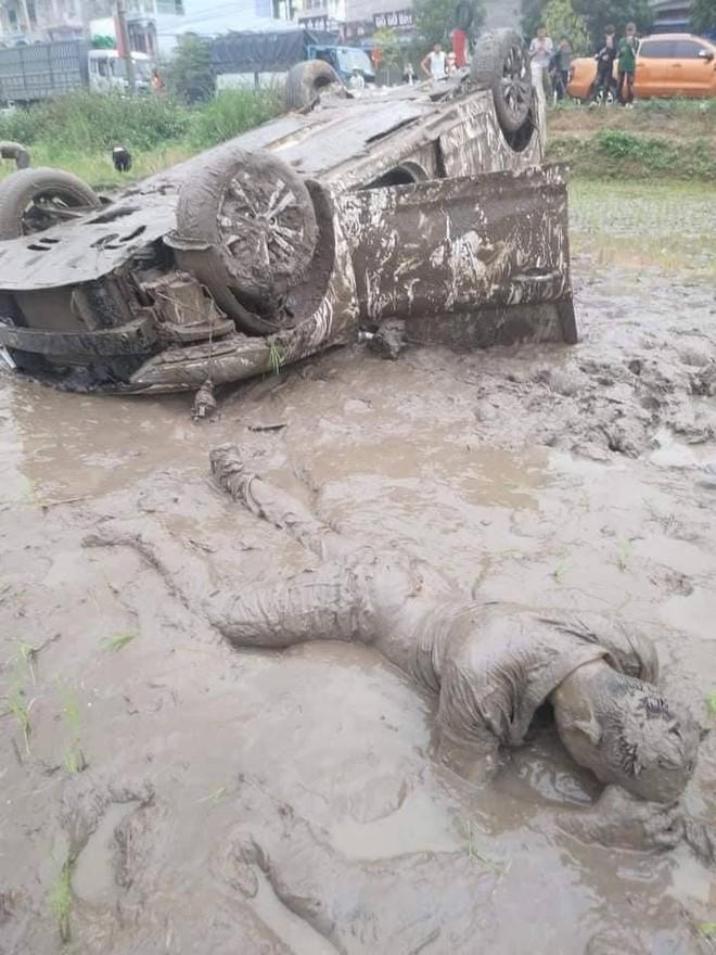 Ô tô cày nát ruộng lúa rồi lật ngửa, 3 người trên xe đạp cửa bò ra ngoài, thoát nạn  - Ảnh 2.