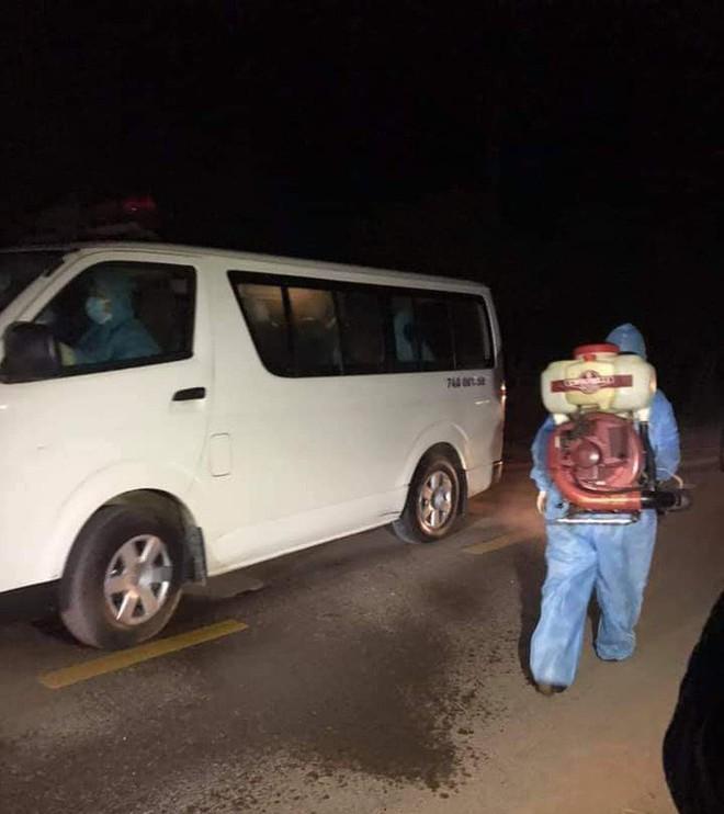 Nhóm người Trung Quốc ngồi xe ô tô 7 chỗ nhập cảnh trái phép bỏ chạy tán loạn khi thấy công an - Ảnh 1.