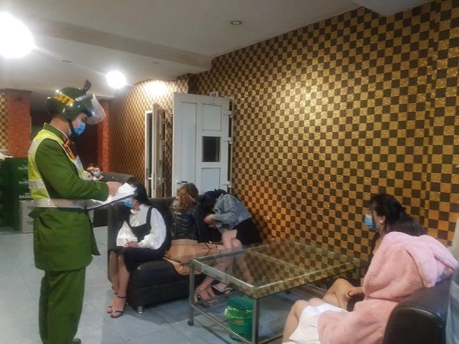 Cả khách và nhân viên quán karaoke bị cách ly vì vi phạm quy định phòng, chống dịch Covid-19 - Ảnh 2.