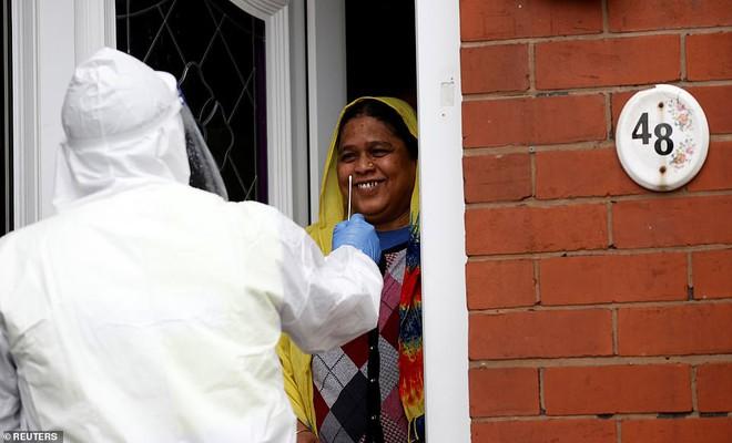 Anh gõ cửa từng nhà để xét nghiệm tìm người mắc biến chủng Nam Phi  - Ảnh 1.