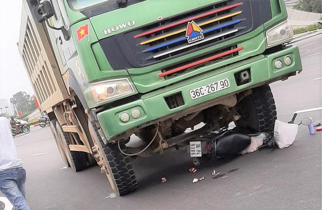 Xe hổ vồ lao từ phía sau tới cuốn xe máy vào gầm, cán chết 2 người phụ nữ - Ảnh 1.