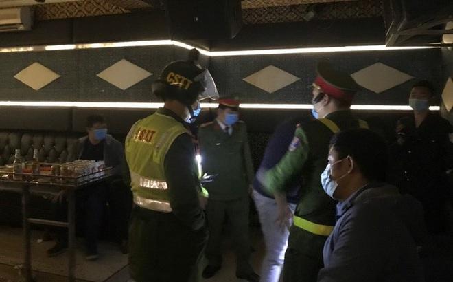 Cả khách và nhân viên quán karaoke bị cách ly vì vi phạm quy định phòng, chống dịch Covid-19