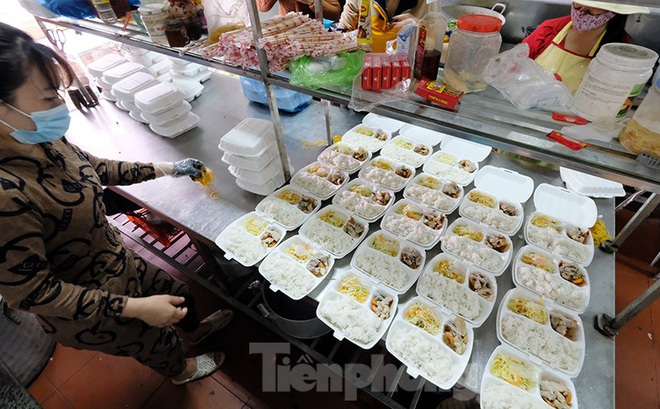 Nhìn gần nơi cung cấp hàng trăm suất ăn cho học sinh cách ly tại Hải Dương