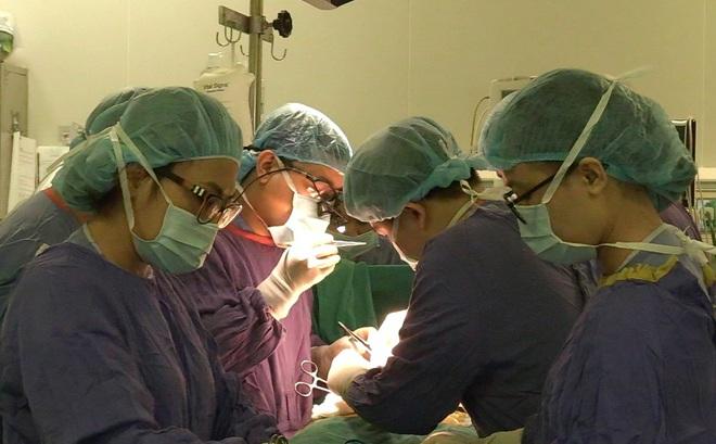 """Xúc động cả gia đình """"khẩn cầu"""" bác sĩ: """"Nếu không cứu được cháu thì cố gắng cứu các tạng để hiến tặng"""""""