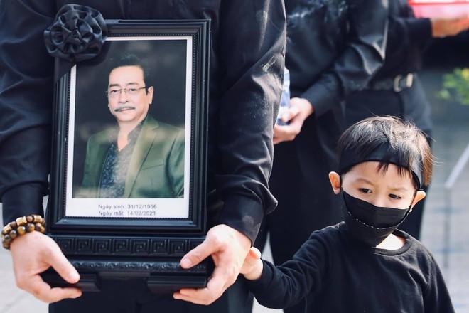 Cháu đích tôn đưa tiễn ông nội, Thu Quỳnh, Thanh Hương khóc nghẹn chia ly NSND Hoàng Dũng - Ảnh 2.