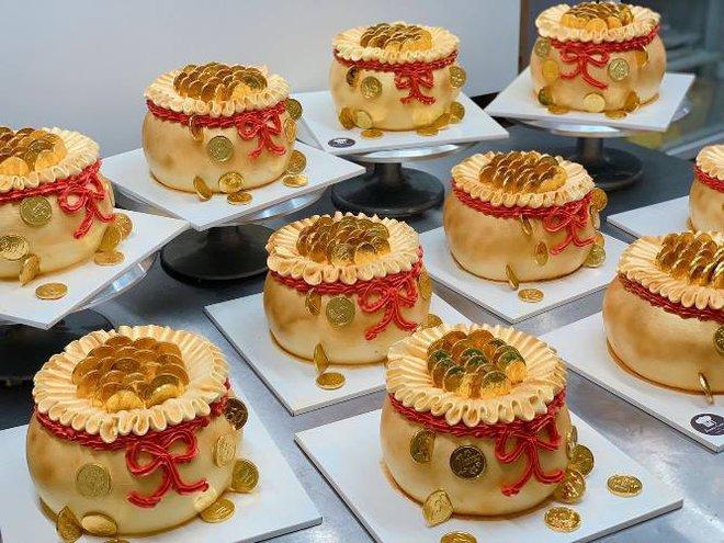 Bánh cúng Thần Tài độc lạ hút khách, thợ bánh thức thâu đêm làm hàng vạn chiếc - Ảnh 6.