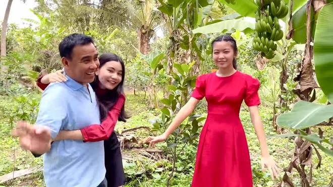 Hai con gái Quyền Linh ngày càng xinh đẹp, tự tin dẫn dắt thay bố - Ảnh 1.