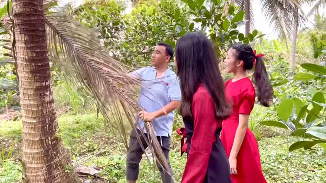 Hai con gái Quyền Linh ngày càng xinh đẹp, tự tin dẫn dắt thay bố - Ảnh 3.
