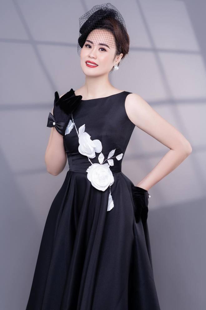 Diễn viên Phan Kim Oanh hóa quý cô sang chảnh - Ảnh 2.