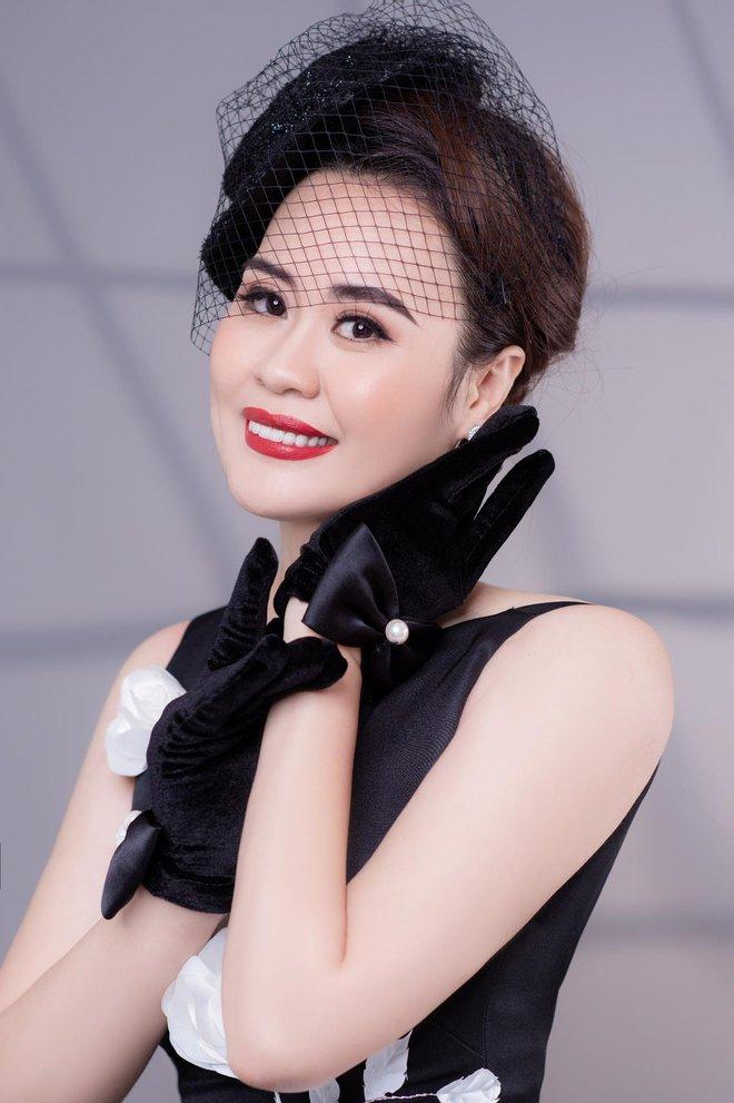 Diễn viên Phan Kim Oanh hóa quý cô sang chảnh - Ảnh 1.