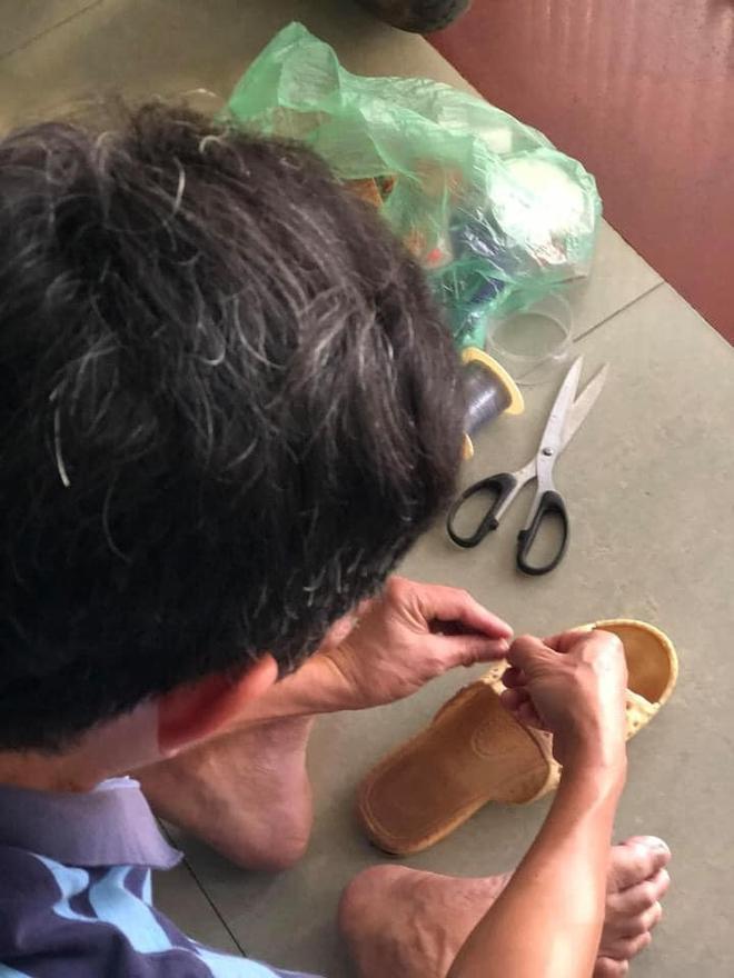 Người đàn ông ngồi buộc lại đôi dép tổ ong đã rách sau 2 năm dùng và chuyện kể của những đứa con gây xúc động - Ảnh 2.