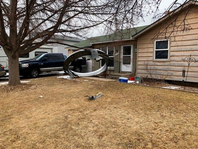 Mỹ: Máy bay gặp sự cố, rải mảnh vỡ xuống nhiều khu dân cư - Ảnh 1.