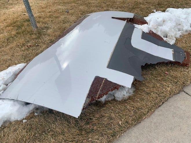 Mỹ: Máy bay gặp sự cố, rải mảnh vỡ xuống nhiều khu dân cư - Ảnh 3.