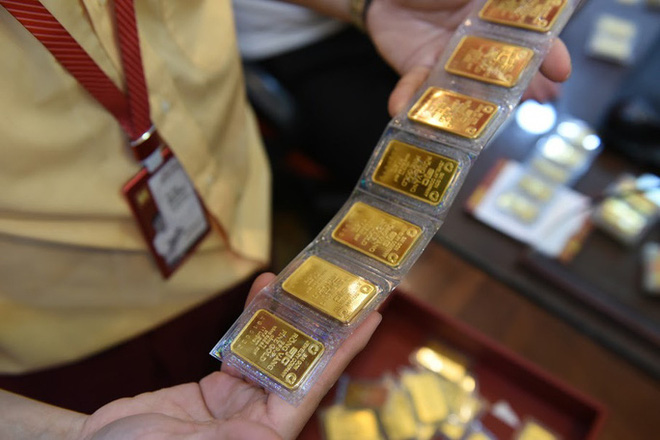 """Nữ đại gia bí ẩn mang 130 cây vàng đi bán, người bạo chi 6 tỷ """"ôm"""" 100 cây khi giá vàng lên đỉnh - Ảnh 1."""