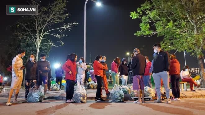 Cuộc giải cứu nông sản Hải Dương lúc nửa đêm tại Hà Nội, nhiều người mua cả tạ hàng - Ảnh 3.