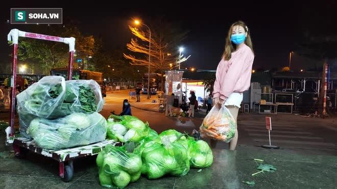 Cuộc giải cứu nông sản Hải Dương lúc nửa đêm tại Hà Nội, nhiều người mua cả tạ hàng - Ảnh 5.