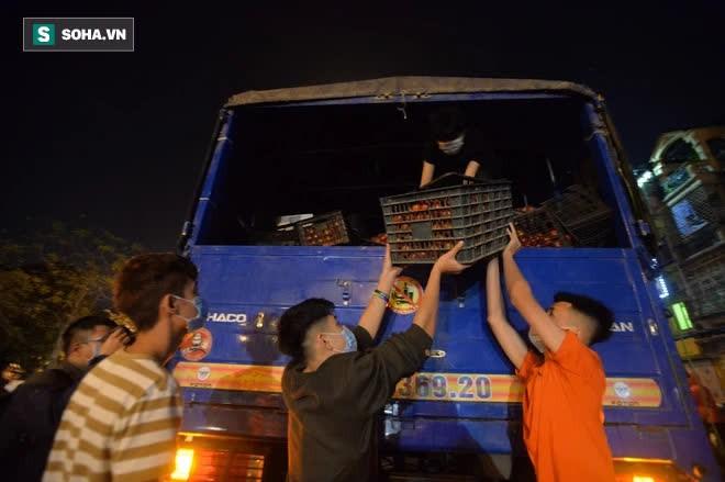 Cuộc giải cứu nông sản Hải Dương lúc nửa đêm tại Hà Nội, nhiều người mua cả tạ hàng - Ảnh 14.
