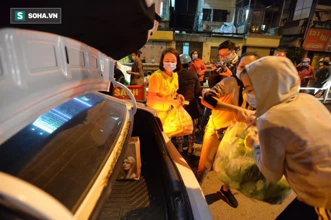 Cuộc giải cứu nông sản Hải Dương lúc nửa đêm tại Hà Nội, nhiều người mua cả tạ hàng - Ảnh 15.