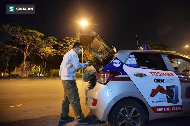 Cuộc giải cứu nông sản Hải Dương lúc nửa đêm tại Hà Nội, nhiều người mua cả tạ hàng - Ảnh 12.