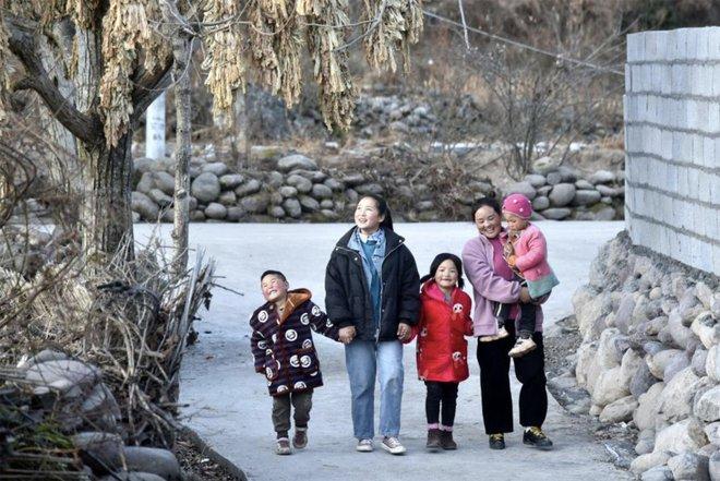 Ít tháng sau bức ảnh chấn động, người mẹ trong hình chịu bi kịch xé lòng: Nghèo ở TQ đáng sợ tới mức nào? - Ảnh 2.