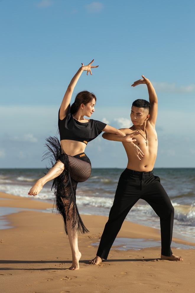 Khánh Thi khiêu vũ bên bờ biển với chồng kém 11 tuổi - Ảnh 4.