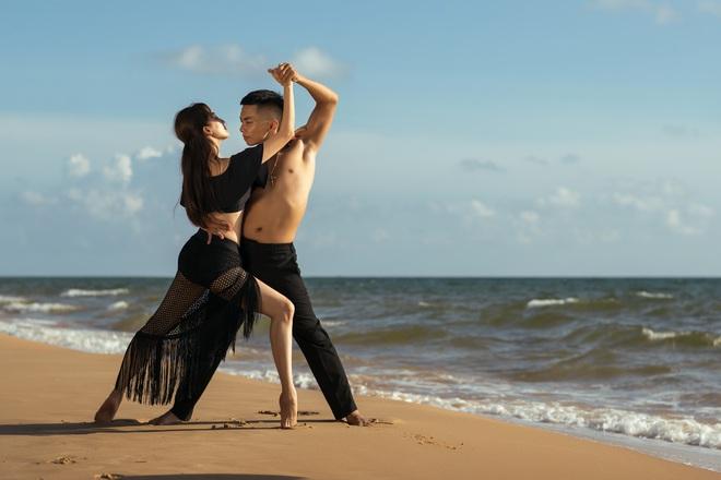 Khánh Thi khiêu vũ bên bờ biển với chồng kém 11 tuổi - Ảnh 5.