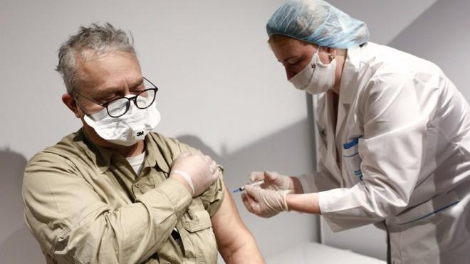 Khổ như các nhà ngoại giao Mỹ ở TQ: Bị bắt xét nghiệm dịch hậu môn rồi mới được tiêm vaccine COVID-19 - Ảnh 1.