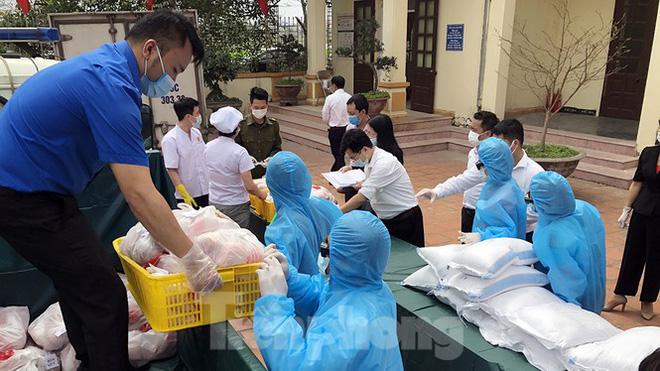 TP Hải Phòng tiếp tế gần 8 tấn gạo, thịt cho người dân khu phong tỏa - Ảnh 1.