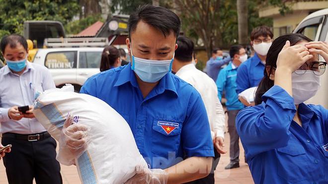 TP Hải Phòng tiếp tế gần 8 tấn gạo, thịt cho người dân khu phong tỏa - Ảnh 3.